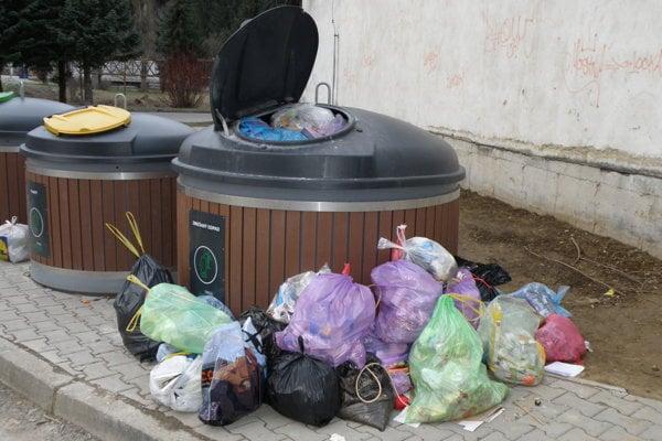Odpad ľudia umiestňovali mimo nádob.