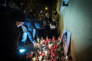 Občania zapaľujú sviečky na pamiatku zavraždeného novinára Jána Kuciaka a jeho partnerky Martiny Kušnírovej na Námestí SNP v Bratislave.