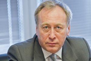 Najviac si na odmenách za pochybný hospodársky výsledok v roku 2015 prišiel bývalý šéf štátnej poisťovne Miroslav Vaďura