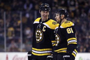 Kapitán Bostonu Zdeno Chára (vľavo) so spoluhráčom Rickom Nashom (61) mali dôvod na úsmev.