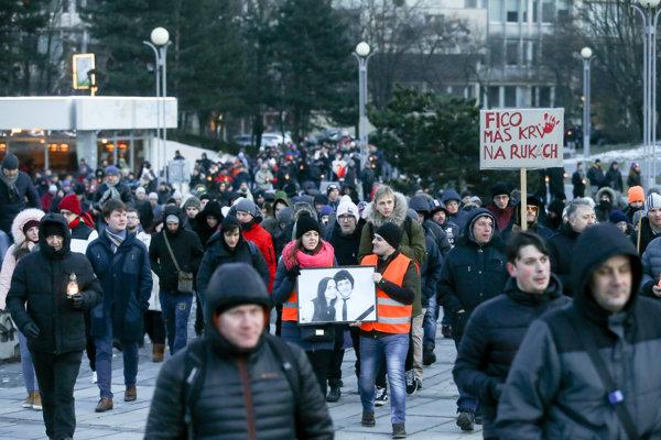 Dav účastníkov pochodu na počesť zavraždeného investigatívneho novinára redakcie Aktuality.sk Jána Kuciaka.