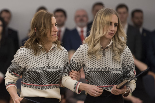 Paralympionička Henrieta Farkašová (vľavo) a vpravo jej navádzačka Natália Šubrtová si prevzali dekrét z rúk prezidenta SR Andreja Kisku počas sľubu slovenskej olympijskej a paralympiskej výpravy pred odchodom do Pjongčangu.