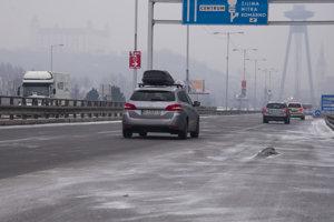 Dopravná situácia na cestách počas mrazivého počasia v Bratislave.