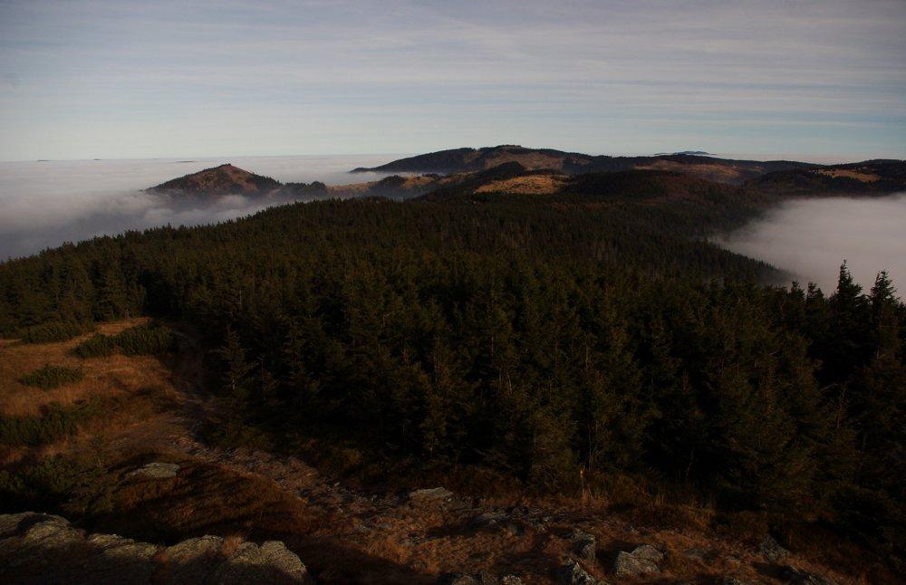 Výhľad zo Skaliska na východ, úplne vľavo vytŕčajú z hmly Slanské vrchy, vpravo zas Kojšovská hoľa, vpredu Zlatý stôl a Hekerová.