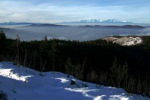 Z Kojšovky na západ - vľavo Kráľová hoľa, vpravo Tatry (Západné, Vysoké Belianske).