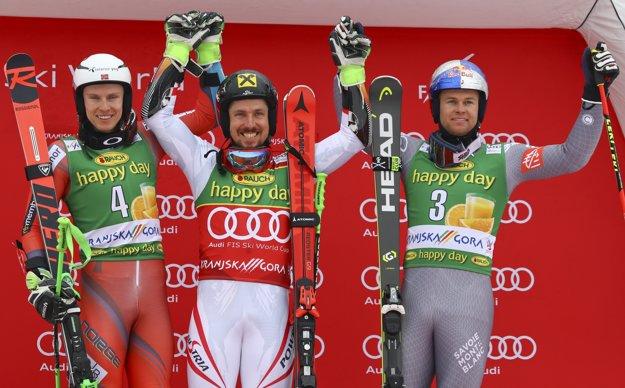 Marcel Hirscher (uprostred) vyhral obrovský slalom v Kranjskej Gore získal malý glóbus.
