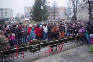 Zraz účastníkov pochodu bol pri pamätníku.