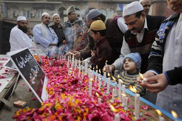 Ľudia si uctili obete útoku na indickú leteckú základňu Pathankot.