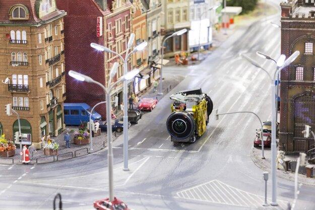 Zábery vznikli z pohľadu miniatúrneho Google Street View zariadenia s kamerou.