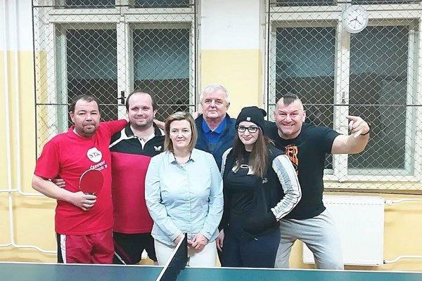 Červený Kameň B: Zľava: Peter Gašpar, Martin Dohnanský, Vladimír Žaludek, Ján Jurček, Janka Jurčeková a Katka Uherková