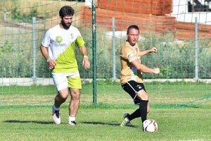 """Spevák Štefan """"Itcho"""" Pčelár (vľavo) bude atrakciou na zápasoch Lužianok."""