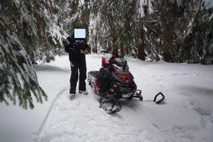 Zadržaný jazdec na snežnom skútri.
