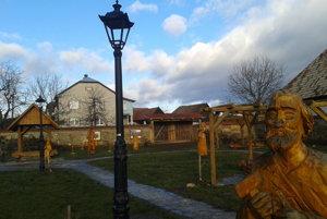 Drevené sochy vytvorili rezbári v rámci sympózia.