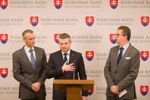 Richard Raši (vľavo), podpredseda strany Smer Peter Pellegrini (v strede) a predseda poslaneckého klubu Martin Glváč (napravo).