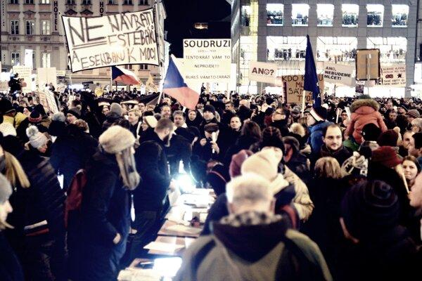 Námestie v Prahe v pondelok večer zaplnilo množstvo demonštrantov.