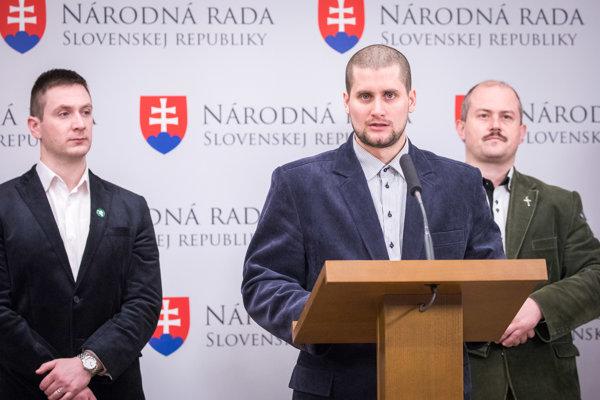Zľava: Podpredsedovia ĽS NS Milan Uhrík a Martin Beluský a predseda strany Marian Kotleba.