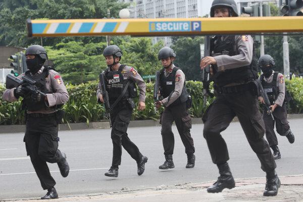 Po výbuchoch sa v uliciach Jakarty ozývala streľba.