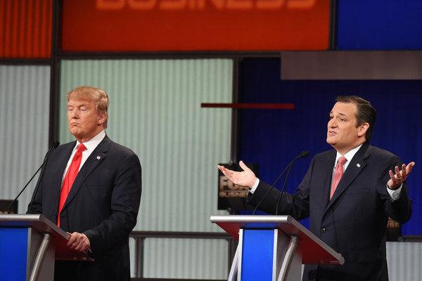 Podľa prieskumov medzi republikánmi vedú Donald Trump (vľavo) a Ted Cruz.