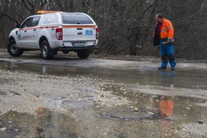 Pre poruchu na potrubí verejného vodovodu Bradáčovu ulicu v  Petržalke v stredu ráno 7. marca 2018 zaliala voda.