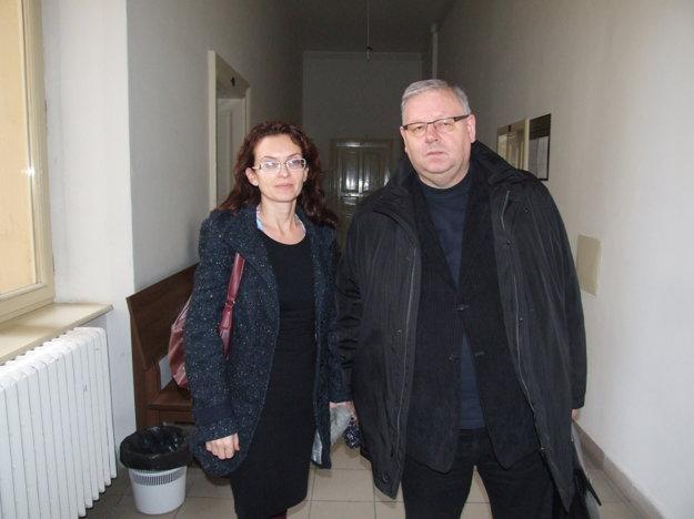 Na pojednávania chodila Evina mama, na fotke je s právnym zástupcom Petrom Koscelanským.