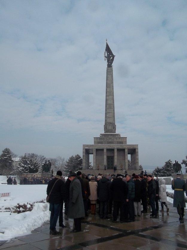 Na bratislavskom Slavíne sa uskutočnil pietny akt akladenie vencov.