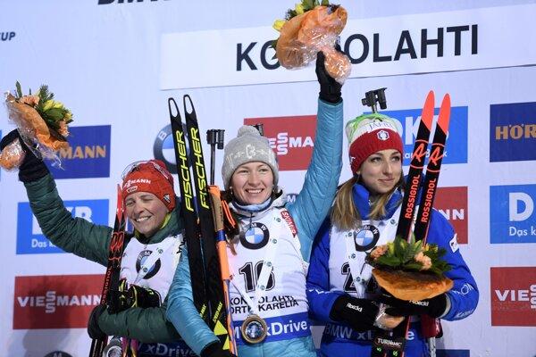 Zľava Franziska Hildebrandová, Daria Domračevová a Lisa Vittozziová.