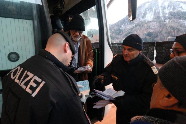 Rakúski policajti kontrolujú doklady utečencov.