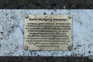 Pamätná tabuľa pri soche J. W. Kempelena v parku Vodárenského múzea
