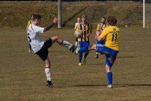 Futbalisti Chocholnej-Velčíc (v žltom) porazili Starú Turú jednoznačne 6:1.