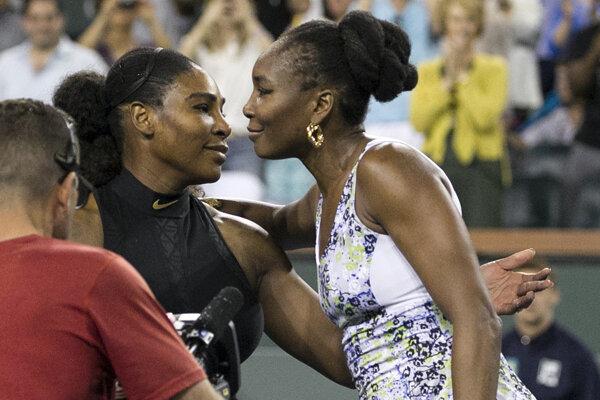 Venus Williamsová (vpravo) prijíma gratuláciu od Sereny.