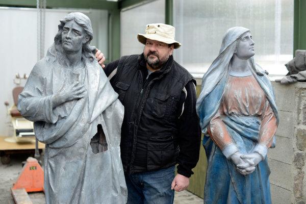Stanislav Kožela a sochy z trnavskej Kalvárie.