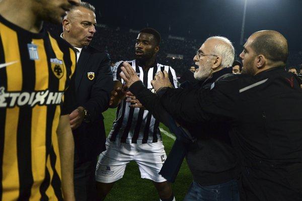 Majiteľ futbalového klubu PAOK Solún Ivan Savvidis (druhý sprava), ktorý vtrhol na hraciu plochu so zbraňou, keď rozhodcovia v nadstavenom čase neuznali jeho tímu gól na 1:0.