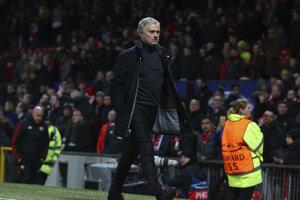 Rozčertený José Mourinho po zápase rýchlo utekal do kabíny.