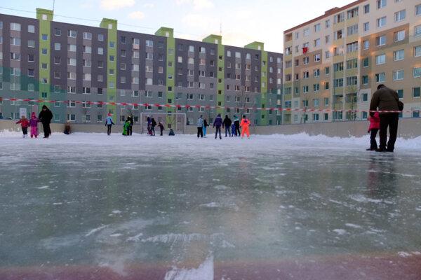 S tvorbou ľadu na ihriskách pomáhali hasiči.