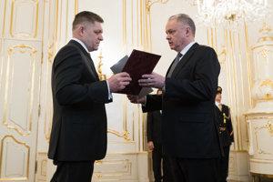 Robert Fico odovzdáva demisiu premiéra a vlády do rúk prezidenta Andreja Kisku.