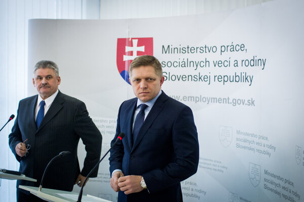 Minister práce Ján Richter (vľavo) a Robert Fico