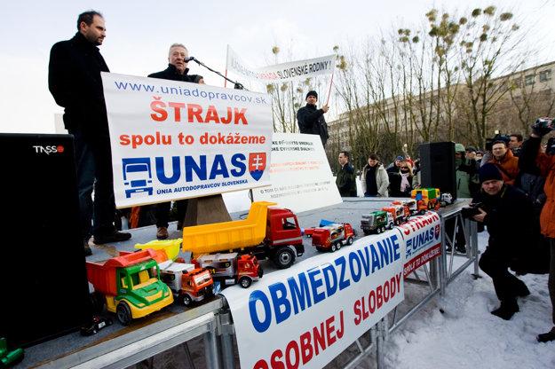 Štrajk prepravcov pred Úradom vlády.