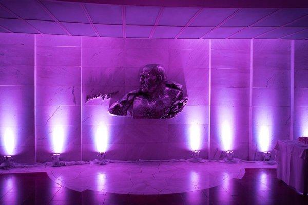 Nové osvetlenie foyer divadla.