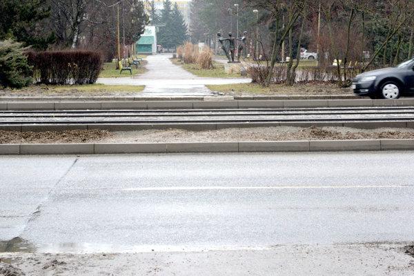 Medzi Toryskou a Bernolákovou. Oficiálny priechod tam už nebude, ale ďalej tadiaľ chodia.