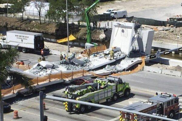 Záchranári postupne odstraňujú trosky a hľadajú ďalšie obete.