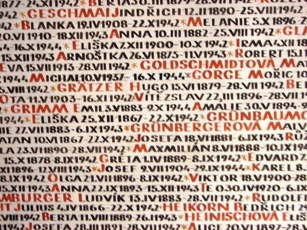 Mená starých rodičov zaznačené v pražskej synagóge