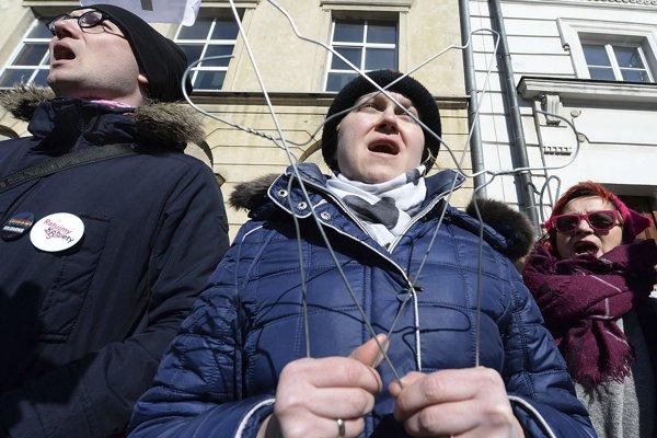 Obdobné demonštrácie prebiehali aj mimo Varšavy.