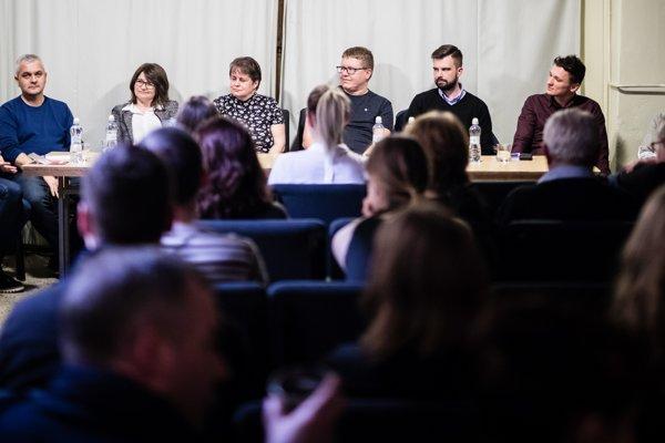 Piati novinári, právnik a pedagogička diskutovali v Nitre o médiách.