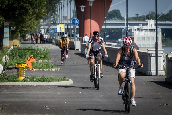 Dvořákovo nábrežie v Bratislave. Staré mesto chce opraviť aj chodník od River Parku k Novému Mostu.