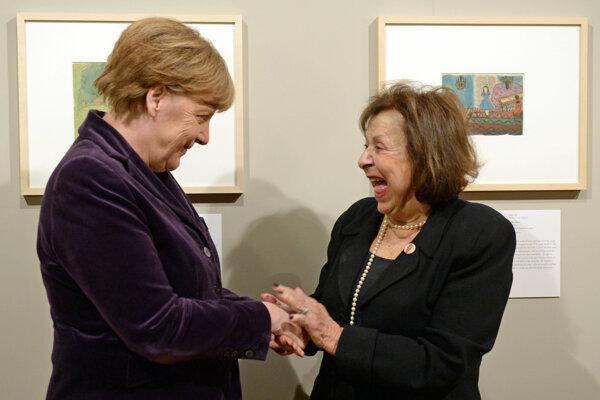 Angela Merkelová (vľavo) s umelkyňou Nelly Toll (vpravo) pri otvorení výstavy.