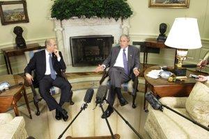 Bushovo mlčanie si v roku 2007 Olmert (vľavo) vyložil ako súhlas s útokom.