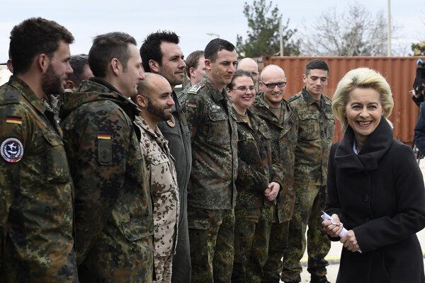 Nemecká ministerka obrany Ursula von der Leyenová s nemeckými vojakmi.