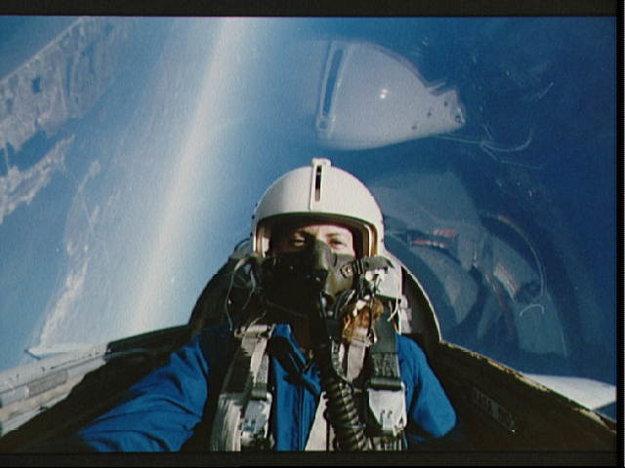 Christa McAuliffe počas cvičného letu v prúdovom lietadle T-38. Christa sa mala zúčastniť misie v rámci projektu Učitelia vo vesmíre.  Z vesmíru mala odučiť aj dve hodiny.