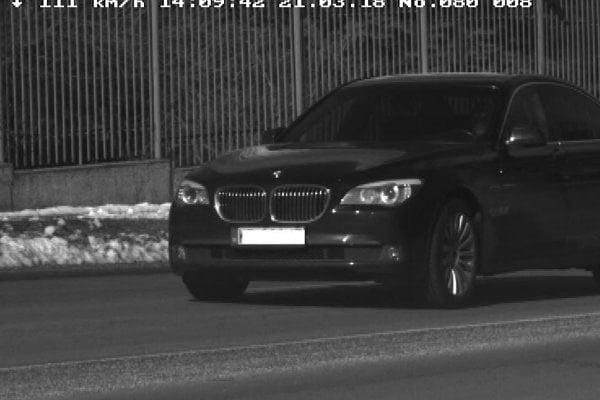 Fotografia BMW s rýchlosťou 111 km/h.