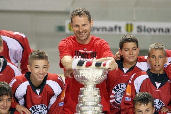 Ziskom Stanley Cupu v sezóne 2012/13 inšpiroval viacerých mladých hokejistov nielen z Banskej Bystrice.